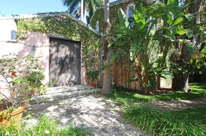 3901 Braganza Avenue Courtyard Entry